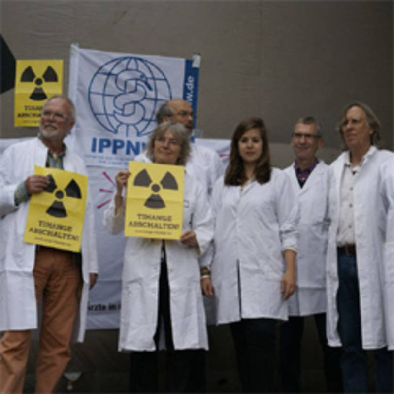 Members of the German Affiliate of IPPNW appeal to the German government to use its political leverage within the EU to press for an immediate shutdown of the nuclear reactors. Photo: IPPNW Germany