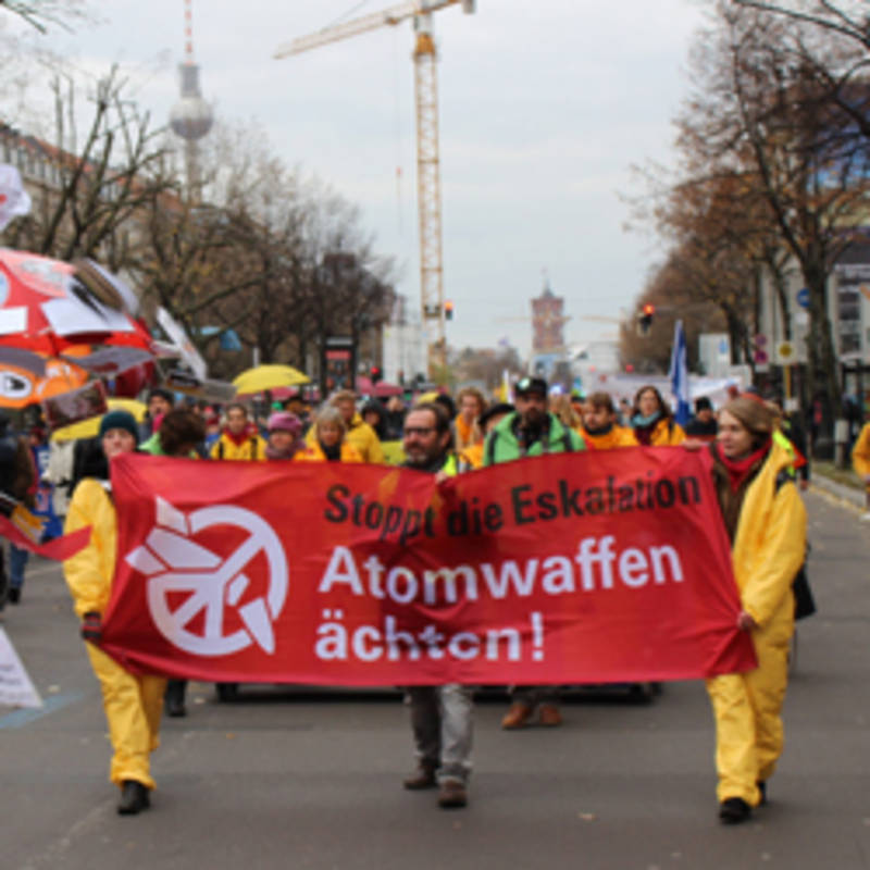 Human Chain with 700 participants between the embassies of the USA and North Korea on 18/11/2017 in Berlin, picture: IPPNW